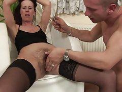 Szczupła amatorskie darmowe filmy porno Laska w czarne pończochy, podobnie jak w jej owłosione cipki szturchnął