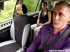 Niesamowity fajne gołe dziewczyny seks w taksówki