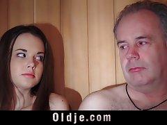 Oldguy ma przygody sex z Dziewczyna, z którą spotyka w saunie