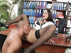 Erotyczne filmy darmowe palenie gorąca brunetka z okularami jeździ swego szefa w jego biurze