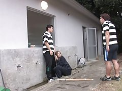 Babe pobiera gang banged przez grupę napalone chłopaki na zewnątrz