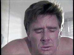 Facet pieprzy w tyłek jego busty blonde żona w łóżku