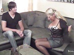 Mamuśki filmiki erotyczne sex Mama pieprzy chłopca 18yr sąsiad z ogromny kogut