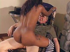 Czarny sex filmiki hd model tańczy dla stary facet i pobiera jej pussy spożywane